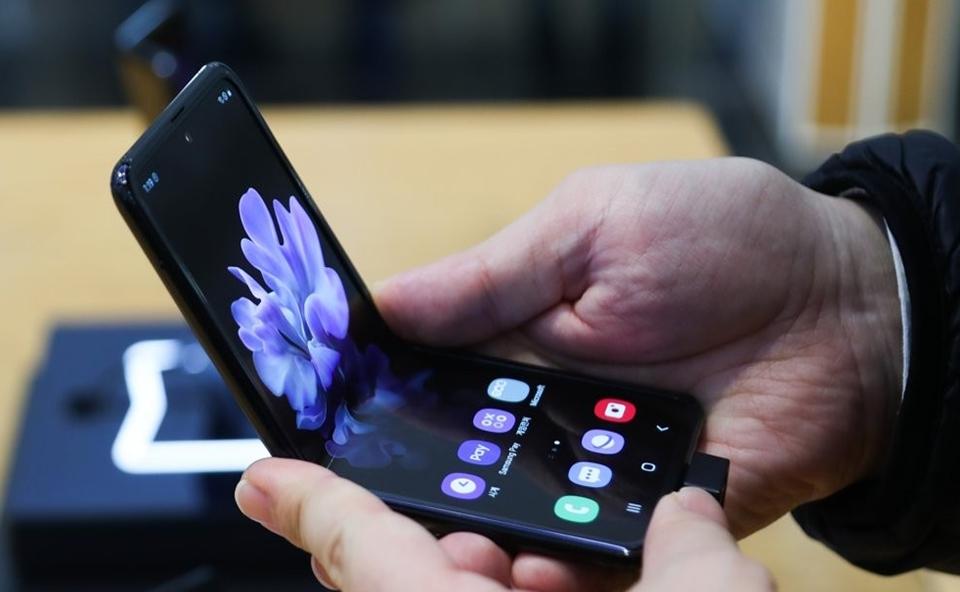 갤럭시Z플립 출고가 110만원대로 인하…아이폰 12 제압할 수 있을까