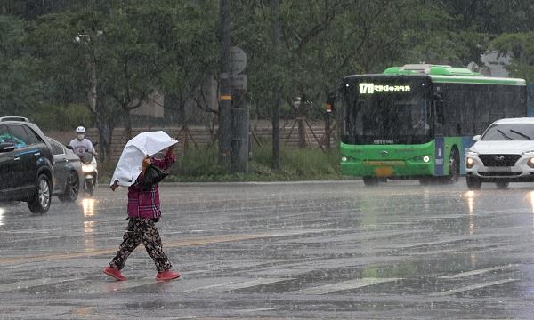 태풍 '찬투' 직접 영향…제주·남부 비바람